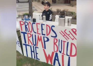 """7岁男孩卖热巧为边境墙筹款 被骂""""小希特勒"""""""